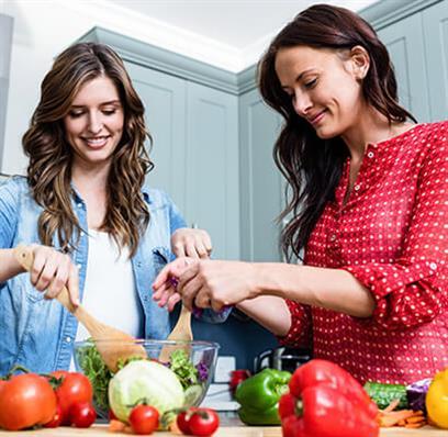 2 Frauen beim Kochen