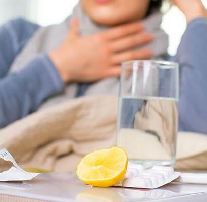 Wasserglas mit Zitrone, Medikamente gegen eine Erkältung
