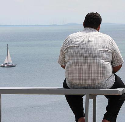 Person leidet unter Fettleibigkeit