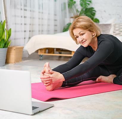 Frau macht Fitnessübungen Zuhause
