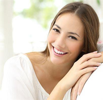 Frau mit gesunder Haut trotz Neurodermitis