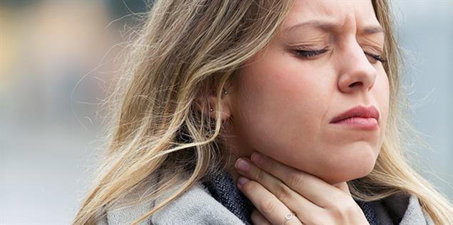 junges Mädchen mit Halsschmerzen