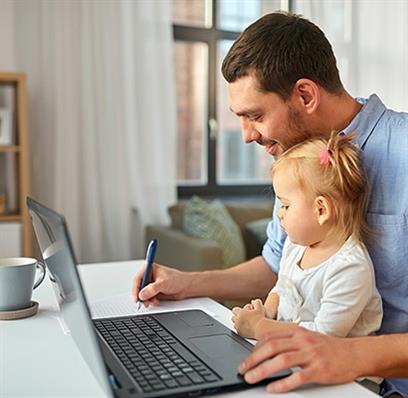 Mann mit seinem im Kind im Home Office